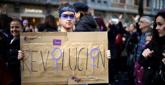 Una manifestante en la marcha de Bilbao del 8M. REUTERS/Vincent West