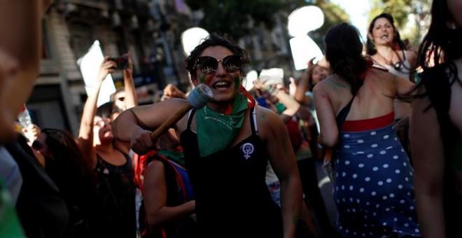 Activistas se manifiestan en las inmediaciones del Congreso argentino con motivo del Día Internacional de la Mujer hoy, jueves 8 de marzo de 2018, en Buenos Aires (Argentina). Argentina contabilizó 260.156 casos de violencia machista entre 2013 y 2017, se