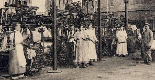 Trabajadoras en los telares de la fábrica de Xuvia, en Narón. / SERMOS GALIZA
