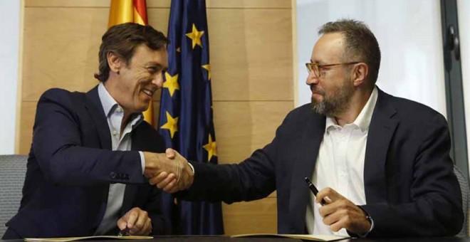 Los portavoces parlamentarios del PP, Rafael Hernando, y de Ciudadanos, Juan Carlos Girauta./ EFE
