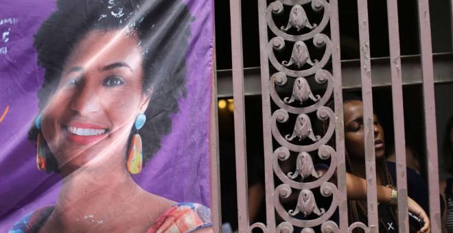 Centenares de personas acuden a las puertas de las Cámara Municipal de Río de Janeiro para asistir al funeral de la concejala y activista brasileña Marielle Franco, asesinada anoche en el centro de esa ciudad. EFE/Antonio Lacerda
