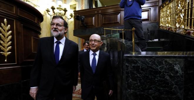 El presidente del Gobierno, Mariano Rajoy, con el ministro de Hacienda, Cristóbal Montoro, en el Hemiciclo del Congreso. E.P.