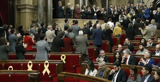 Diputats al Parlament de Catalunya aplaudeixen llargament als familiars dels presos polítics presents a l'hemicicle, mentre els representants del PSC i C's es queden asseguts / EFE Andreu Dalmau