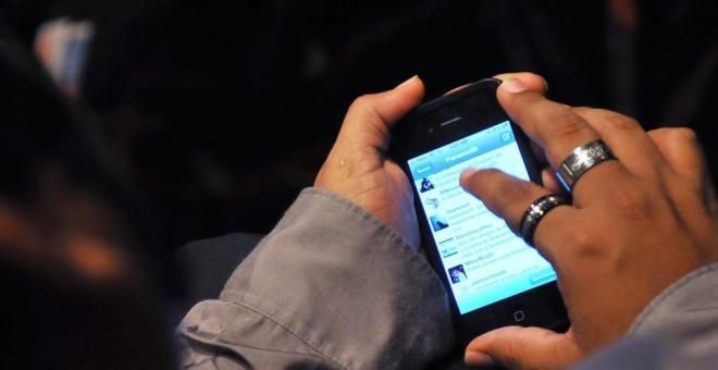 Una mujer utiliza su teléfono celular. EFE/Archivo