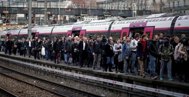 3 de abril, primer día de huelga, los usuarios del servicio ferroviario se amontonan en los andenes de la estación Sant-Lazare, París