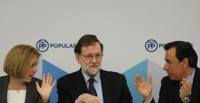 El presidente del Gobierno, Mariano Rajoy, con la secretaria general María Dolores de Cospedal y Fernando Martínez Maillo al comienzo de una reunión en la sede del Partido Popular (PP). REUTERS