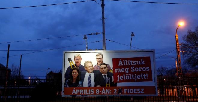 Un cartel del Gobienro con un montaje del financiero George Soros con dirigentes de la oposición, con el lema '¡Parad a los candidatos de Soros!'. REUTERS/Bernadett Szabo