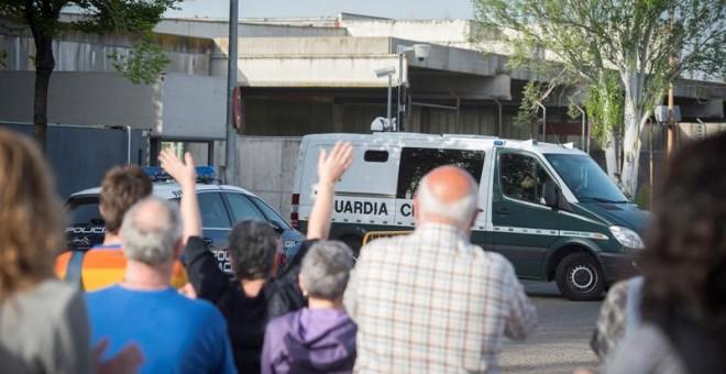 Varias personas protestan durante la octava jornada del juicio en la Audiencia Nacional por la agresión a dos guardias civiles en Altsasu. / EFE