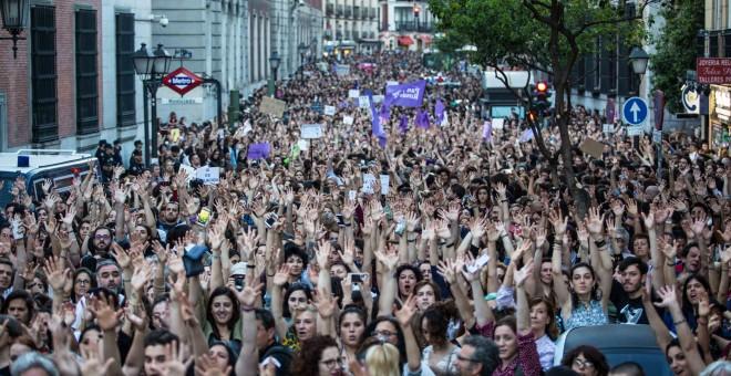 Miles de personas se manifiesta frente al Ministerio de Justicia, en Madrid, en protesta por la sentencia a 'la manada', los cinco jóvenes condenados por abusos sexuales a una chica, pero no por agresión.-JAIRO VARGAS
