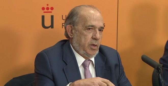 El catedrático Enrique Álvarez Conde durante una rueda de prensa - EUROPA PRESS