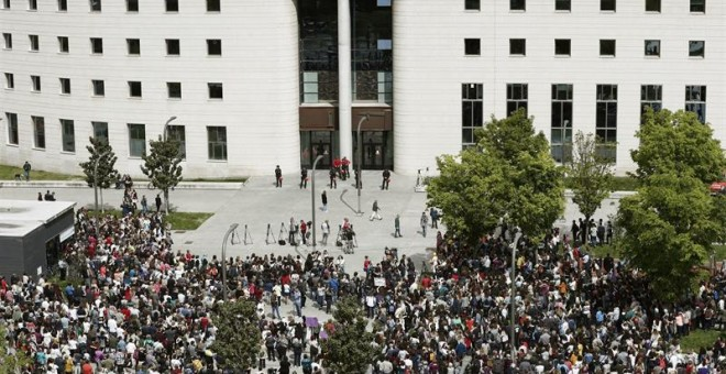 Cientos de personas frente al Palacio de Justicia de Navarra EFE/ Jesus Diges