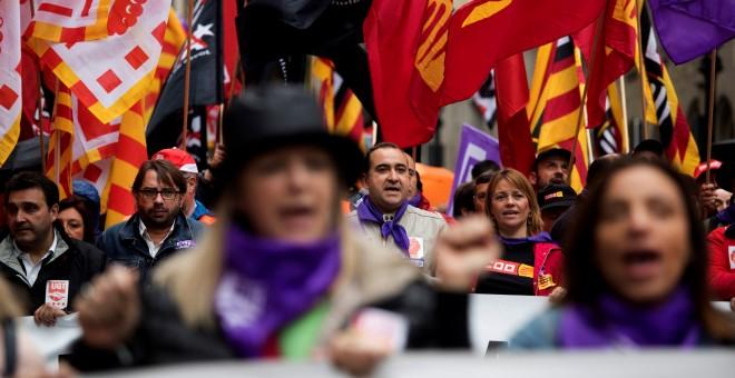 El secretario general de CCOO en Catalunya, Javier Pacheco (detrás d) y el secretario general de UGT en Cataluña, Camil Ros (detrás i) durante la manifestación que los que los principales sindicatos catalanes, CCOO y UGT, han convocado en favor de unas pe
