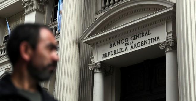 Un homber pasa junto a la sede del Banco Central argentino, en el distrito financiero de Buenos Aires. REUTERS/Marcos Brindicci