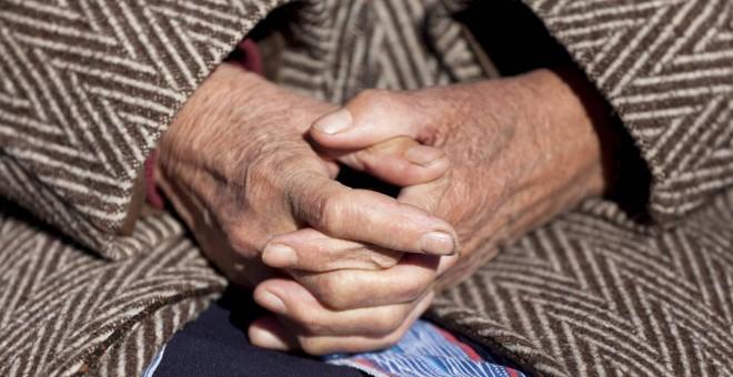Imagen de archivo de las manos de una anciana - EFE