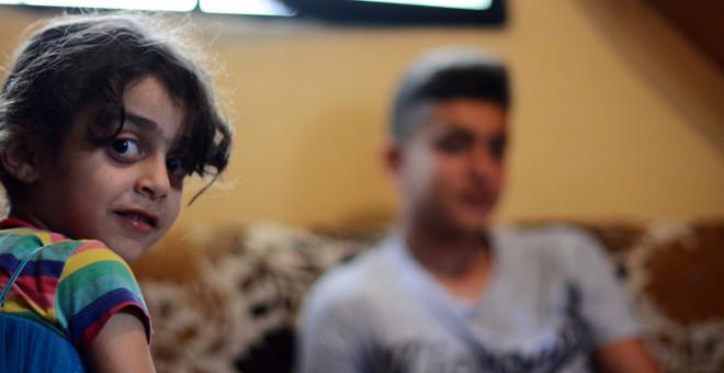 Mohammad y Leiyne, nietos de Fadylih Khalaf, representan la tercera generación de refugiados palestinos nacidos en Líbano. /ANDREA OLEA