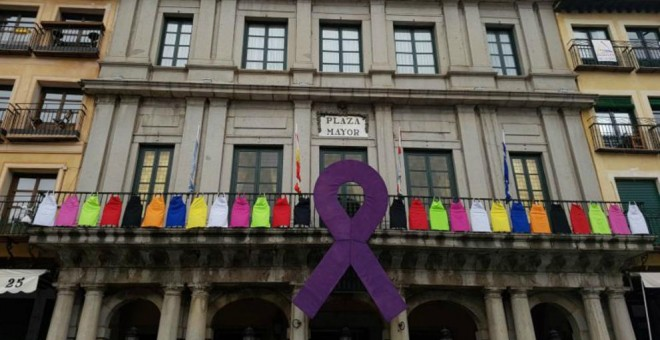 La fachada del Ayuntamiento de Segovia con un enorme lazo morado durante el 8-M. / Ayto. de Segovia