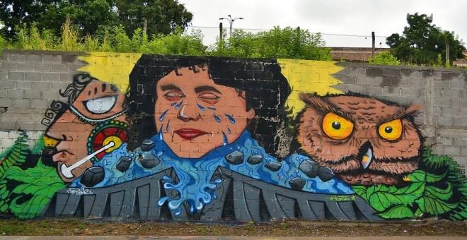Grafiti de Berta Cáceres en Tegucigalpa. WIKIPEDIA