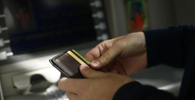 Resultado de imagen de La banca gana en comisiones el triple de lo que timó con las cláusulas suelo