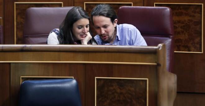 El líder de Podemos, Pablo Iglesias y la portavoz en el Congreso de la formación, Irene Montero, conversan momentos antes del debate de las enmiendas parciales al proyecto de Ley de Presupuestos Generales del Estado de 2018, que tiene lugar esta tarde en