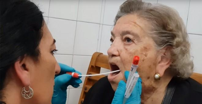 Pepita Amado, cuyo padre fue concejal republicano del Ayuntamiento de Sevilla, se hace la prueba del ADN.