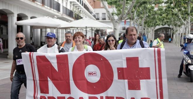 Una de las columnas de las marchas contra la precariedad que este sábado confluirán en Madrid para manifestarse el domingo junto a los pensionistas.- NO + PRECARIEDAD