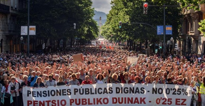 Miles de pensionistas se manifiestan hoy en Bilbao para exigir el mantenimiento del sistema público de pensiones, la eliminación del factor de sostenibilidad y que se deje de apoyar a los fondos privados de pensiones, convocados por las plataformas de aso