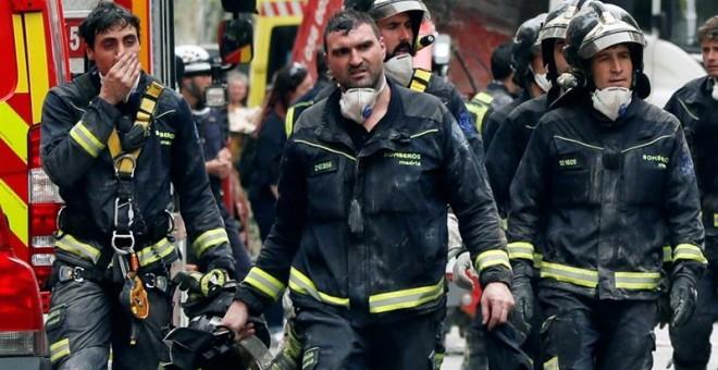Continúan las tareas de desescombro en el Paseo del General Martínez Campos, en el distrito de Chamberí, donde hoy los bomberos siguen trabajando sin interrupción, después de haber removido esta noche gran parte de escombros, para intentar hallar a dos ho