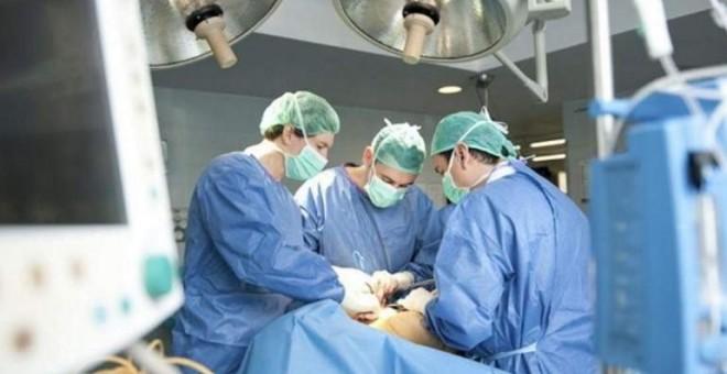 Varios médicos en un quirófano/EFE