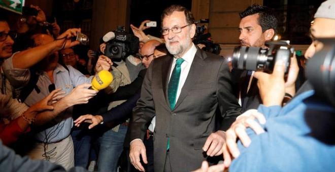 Rajoy, a la salida del restaurante en el que pasó ocho horas mientras seguía el debate en el Congreso. (EFE)