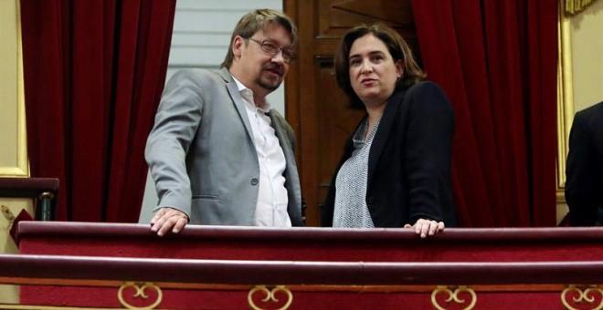 La alcaldesa de Barcelona Ada Colau, y el diputado del Parlament catalán Xavier Domènech, en la tribuna del hemiciclo. (J.J. GUILLÉN | EFE)