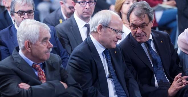 Los expresidentes de la Generalitat Artur Mas (d), José Montilla (c) y Pascual Maragall (i), durante el acto de toma de posesion del nuevo Govern que se celebra hoy en el Palau de la Generalitat. EFE/Quique García