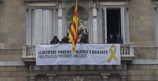 Trabajadores de la Generalitat colocan en el balcon del Palau una pancarta pidiendo la libertad de los politicos presos tras el acto de posesión del nuevo Govern. EFE/Quique García