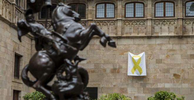 Un lazo amarillo cuelga en el Pati dels Tarongers del Palau de la Generalitat tras el acto de posesión del nuevo Govern. EFE/Quique García
