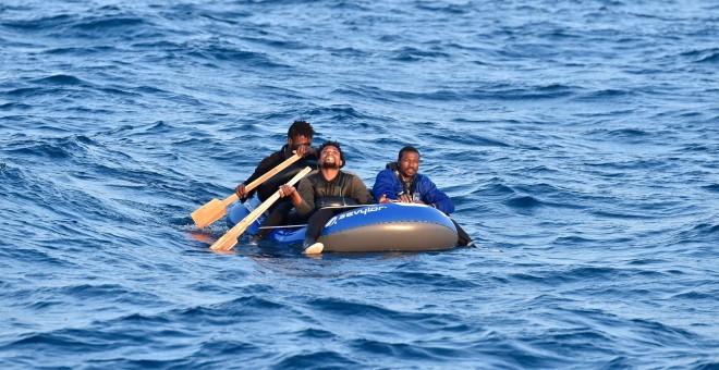 Varias personas intentan cruzar el Estrecho a bordo de una balsa de juguete.- SALVAMENTO MARÍTIMO