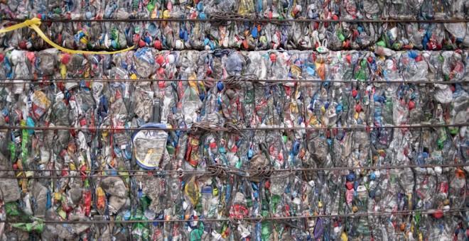 Miles de botellas de plástico en una planta de reciclaje de Beijing. AFP