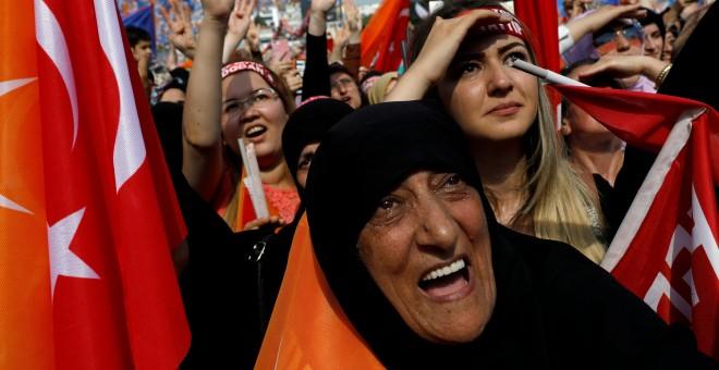 Partidarios del presidente turco Tayyip Erdogan asisten a un mitin electoral en Estambul. - REUTERS