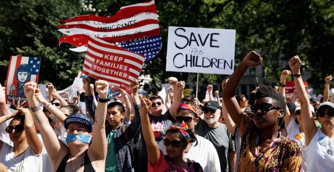 Miles de manifestantes salen a las calles de Nueva York contra la política migratoria de Trump, que separa a los niños de sus padres al cruzar la frontera con México.- REUTERS