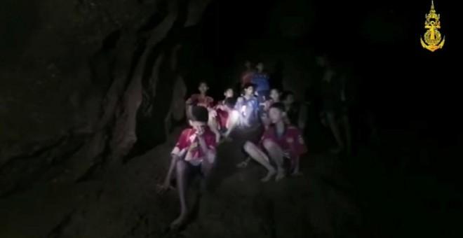 Los 12 niños y el monitor atrapados en una cueva en Tailandia. (REUTERS)