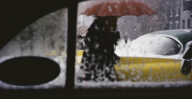 Saul Leiter, Red Umbrella, c.1955. ©Saul Leiter Foundation, Cortesía de Gallery FIFTY ONE.- FOTO COLECTANIA