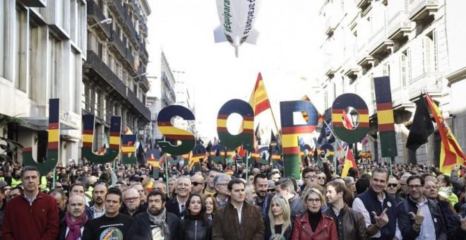 Imagen difundida por Ciudadanos de la politizada cabecera de la manifestación de Jusapol en Barcelona, con Albert Rivera e Inés Arrimadas en el centro de la pancarta principal. CS