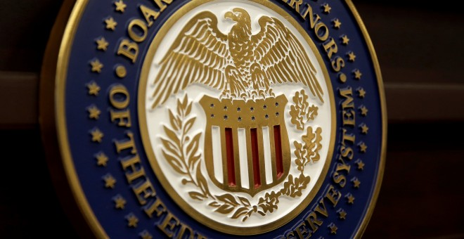 El escudo de la 'Board of Governors of the Federal Reserve System' en Washington./REUTERS