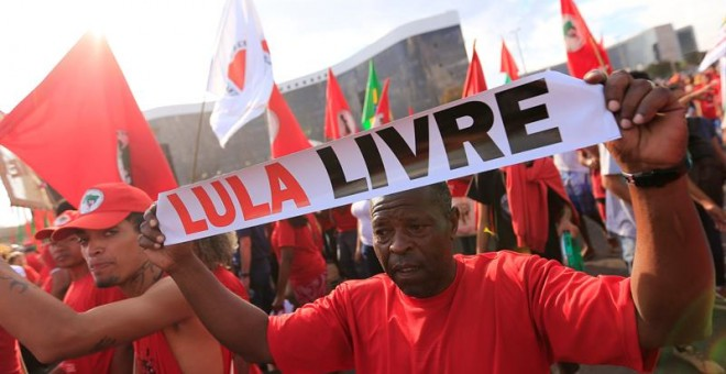 Los integrantes del Movimiento Sin Tierras (MST) caminan hacia Tribunal Superior Electoral (TSE) para registrar la candidatura del expresidente Luiz Inácio Lula da Silva a la presidencia de Brasil. - EFE