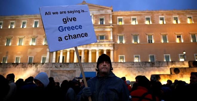 Un griego participa en una protesta frente al parlamento en Atenas, en una imagen de archivo / REUTERS - YANNIS BEHRAKIS