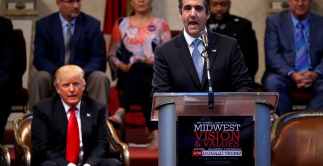 El exabogado de Donald Trump, Michael Cohen, junto al presidente de EEUU durante un acto de la campaña electoral en Ohio. / Reuters