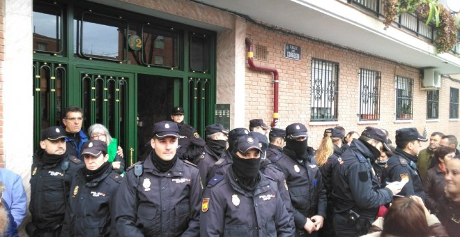 Los agentes echaron del portal a Jorge J. el día del desahucio - Archivo