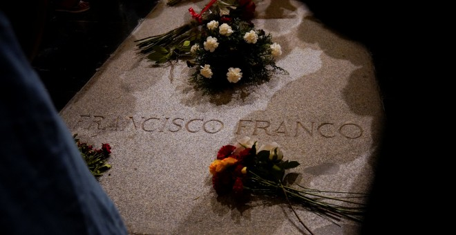 Flowers lie on the tomb of Spanish dictator Francisco Franco at El Valle de los Caidos (The Valley of the Fallen), the giant mausoleum holding the remains of Franco, in San Lorenzo de El Escorial, outside Madrid, Spain, August 24, 2018. REUTERS/Juan Medin