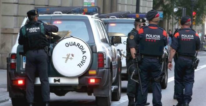 Agentes de la Guardia Civil y de los Mossos. - EFE