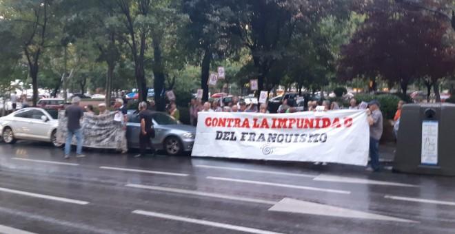 Los concentrados han desplegado una pancarta 'contra la impunidad del franquismo'.