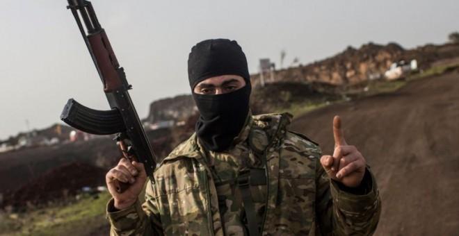 Un soldado rebelde fuertemente armado en Siria, esperando atacar.- EFE
