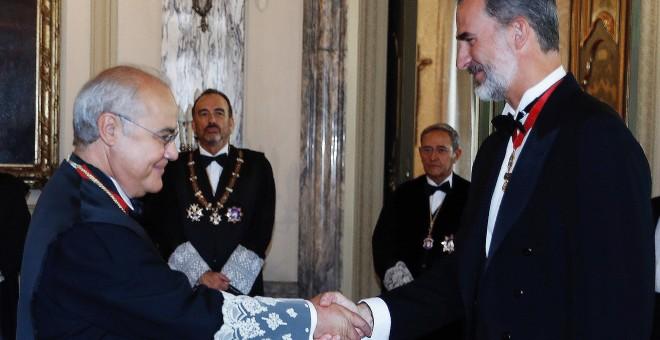Felipe VI saluda al juez de la Audiencia Nacional e instructor del caso del 'procés' Pablo Llarena, antes de presidir hoy, en la sede del Supremo, la ceremonia de apertura del Año Judicial. EFE/Angel Díaz